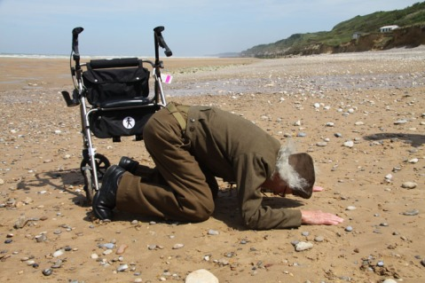 Army Sgt Major Robert Blatnik returns to Omaha Beach, Normandy France (credit: Doug Dunbar/KTVT/KTXA)