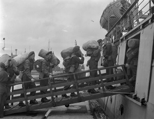 Canadian soldiers boarding a tender going out to a troopship en route to Canada, Gourock, Scotland, 21 June 1945.  LAC.