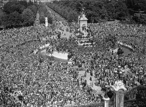 Massive crowds gather outside Buckingham Palace  Photo: Getty Images